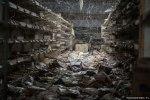 Αράχνες πιάσανε στα ράφια των εγκαταλελειμμένο σουπερμαρκετ