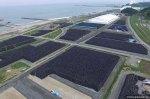 Η αεροφωτογραφία δείχνει τις χιλιάδες σακούλες με μολυσμένο χώμα